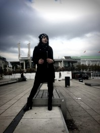 Schwarz/silberne Winterjacke kombinieren: 'schwarzer Wollmantel mit Lederärmel' (Damen, Jacke, schwarz, grau, Bilder) | Style my Fashion