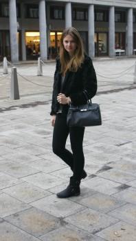 Schwarze Handtasche mit Karomuster | faux fur coat | Style my Fashion