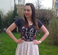 dunkelgraues T-Shirt mit Rosenaufdruck