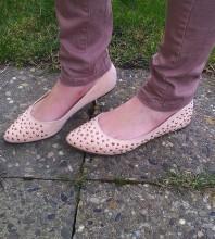 rosa Ballerinas mit bronzefarbenden, spitzen Nieten