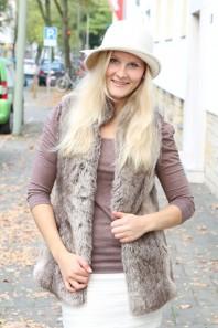 Brauner Trench Coat kombinieren: 'Fellweste von Bershka' (Damen, Mantel, braun, Bilder) | Style my Fashion