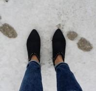 Schwarz/goldene Stiefeletten kombinieren: 'schwarze, flache Stiefeletten mit goldenen Nieten' (Damen, Schuhe, schwarz, braun, gelb, Bilder) | Style my Fashion