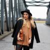 Cognacfarbener Pullover, Lederhose