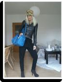 trendiger Style mit Joggingpants, Lederjacke und Bucket Hat, und knallblauer bag | Style my Fashion